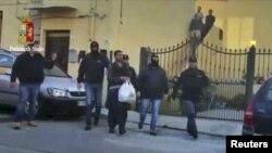 Италия полициясы жүргүзгөн антитеррордук операция маалында 18 адам камалды. 24-апрель, 2015-жыл.