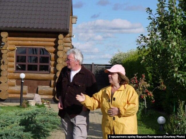 Барыс Пастарнак у гасьцях у Сьвятланы Алексіевіч у яе доме ў Сілічах.