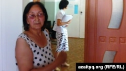 Зинаида Мухортова өзін психдиспансерде күштеп емдеу мәселесін қараған сот залында. Балқаш, 16 тамыз 2013 жыл.