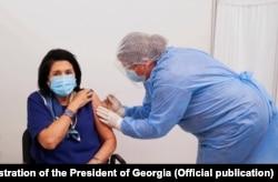 Грузиянын 69 жаштагы президенти Саломе Зурабишвили айым 18-мартта «COVID-19» илдетине каршы «AstraZeneca» вакцинасынын биринчи дозасы менен обого түз чыккан берүү маалында эмделди. Бул күн Зурабишвили айымдын туулган күнү болчу.