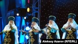 """Алакольские бабушки исполняют сингл из репертуара """"Арабески"""". Алматы, 8 сентября 2012 года."""