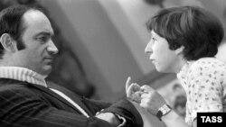 Актеры Валентин Гафт и Лия Ахеджакова на съемках фильма «Гараж» режиссера Эльдара Рязанова.