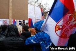 Qytetarët me flamuj të Serbisë gjatë protestës në Mitrovicën e Veriut më 27 nëntor.