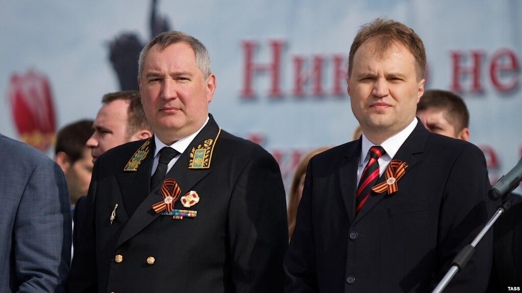 Вице-премьер-минист России Дмитрий Рогозин (слева) и лидер непризнанного Приднестровья Евгений Шевчук (справа) на военном параде по случаю Дня победы, 9 мая 2014 года