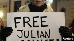Демонстрант бара ослободување на Асанж