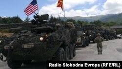 """Конвој на возила на армијата на САД влегува во Македонија од граничниот премин """"Деве Баир""""."""
