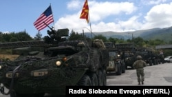 Конвој на возила на армијата на САД влегува во Македонија од граничниот премин Деве Баир.