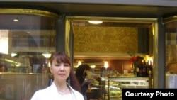 Чет жердеги кыргыздын публицист кызы Гүлсана Сарногоева. Рим ш., Италия. 2010-ж.