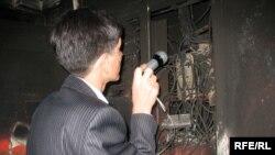 Дознаватель выясняет причину пожара в элитном доме. Алматы, 22 сентября 2008 года.
