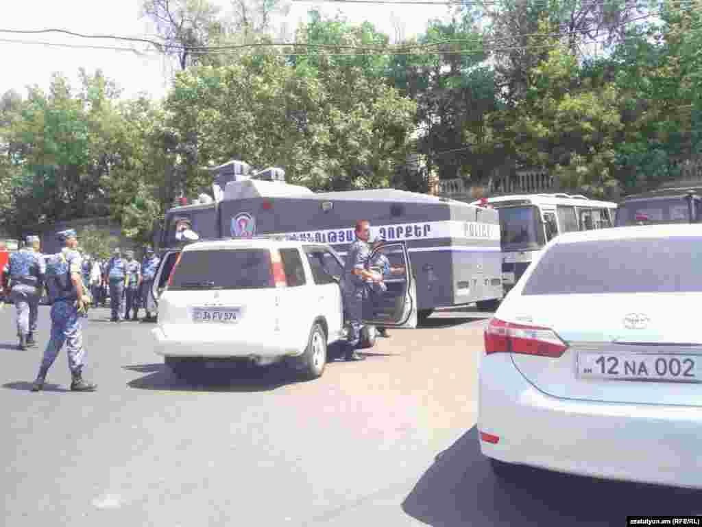 Сотрудники полиции армении направились к месту предположительного захвата заложника в ереване