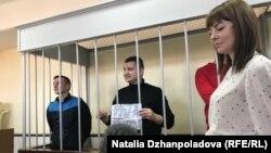 Андрей Шевченко держит плакат с поздравлением жене, у которой завтра день рождения