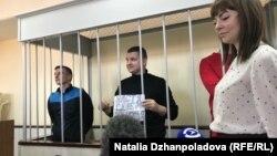 Украинские моряки в суде. Андрей Шевченко держит плакат с поздравлением жене, у которой завтра день рождения