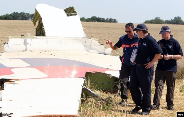 Эксперты изучают обломки самолета рейса MH17. Архивное фото