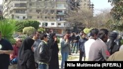 عراقيون يتظاهرون أمام السفارة العراقية بالقاهرة