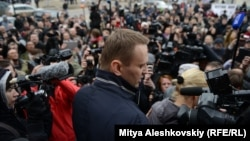 Алексей Навальный отвечает на вопросы журналистов после заседания Ленинского районного суда города Кирова