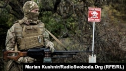 Український військовослужбовець на позиції у Станиці Луганській