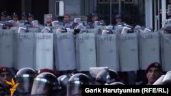 Нові сили поліції біля місця протистояння в Єревані, 26 червня 2016 року