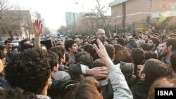 دانشجویان با تجمع در مقابل کوی دانشگاه تهران در خیابان امیر آباد نسبت به برآورده نشدن مطالبات صنفی خود اعتراض کردند.