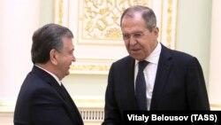 Özbəkistan Prezidenti Shavkat Mirziyoev (solda) və Rusiyanın Xarici işlər naziri Sergei Lavrov, 2 may, 2019-cu il