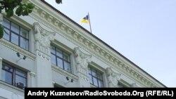 Луганська обласна рада з Державним прапором нагорі і червоним унизу. Луганськ, 22 червня 2011 року