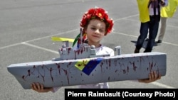 Девочка во время акции протеста против продажи «Мистралей» России. Сан-Назер, Франция. 29 июня 2014 года.