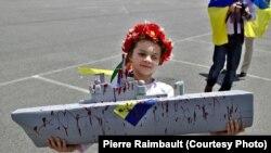 Участница акции протеста в Сен-Назере в поддержку Украины
