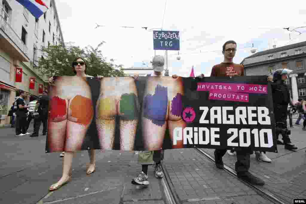 """Parada ponosa u Zagrebu 19. jun 2010. , FOTO: ZOOMZG - Ovogodišnja manifestacija, koja je održana pod sloganom """"Hrvatska to može progutati"""", okupila je oko 600 učesnika koji su došli da podrže pravo homoseksualaca na različitost. Povorku, koja je šetala ulicama Zagreba, obezbjeđivalo je oko 200 policajaca, 20-ak kombija i desetak automobila. Na Trgu bana Jelačića povorka se susrela sa predstavnicima Hrvatske čiste stranke prava, koji su organizovali kontraskup, ali nije došlo do fizičkih sukoba."""