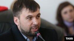 Donetskde özüni radikallaryň lideri diýip yglan eden Denis Puşilin.