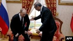 Baş nazir Tayyip Erdogan (sağda) prezident Vladimir Putinlə görüşdə. 3 dekabr 2012