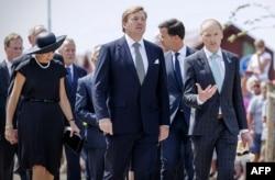 """Король Виллем-Александер и королева Максима прибывают на траурную церемонию в третью годовщину катастрофы """"Боинга"""""""