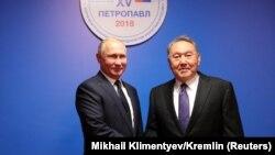 Vladimir Putin (solda) və Nursultan Nazarbaev