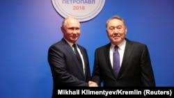 Президент России Владимир Путин (слева) и тогда президент Казахстана Нурсултан Назарбаев обмениваются рукопожатием во время встречи в казахстанском городе Петропавловске. 9 ноября 2018 года.