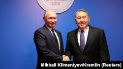 Қазақстанның бұрынғы президенті Нұрсұлтан Назарбаев (оң жақта) пен Ресей президенті Владимир Путин.