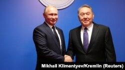 Nursoltan Nazarbaýew (sagda) we Wladimir Putin. 2018 ý.