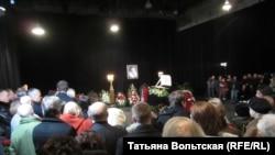 Сотни людей пришли проститься с Алексеем Германом-старшим