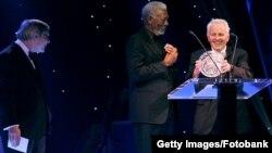 Морган Фримэн и Александр Поляков во время вручения премии Fundamental Physics Prize