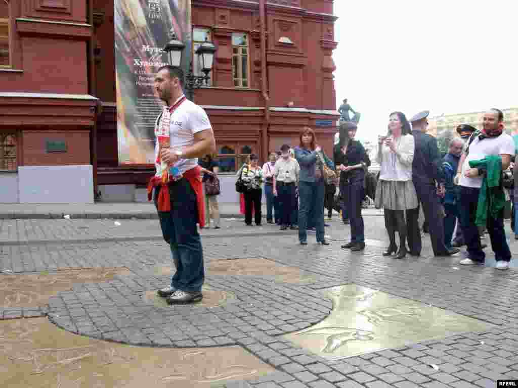 Болельщик Манчестера загадывает желание на Нулевом километре российских дорог на Красной площади