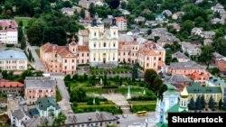Історичний центр міста Кременець, Тернопільська область. Колегіум єзуїтів у центрі