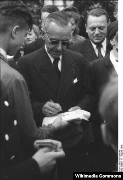 Thomas Mann Almaniyaya qayıdıb və oxucuları üçün kitablarını imzalayır, 1949.