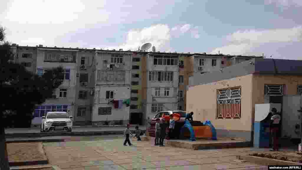 Жители 11-го микрорайона борются за сохранение единственного места для детей - детской площадки, Ашхабад, Апрель 2019