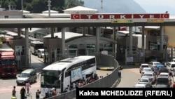 Официальных комментариев турецкой стороны в связи с продолжающимися проблемами на границе не последовало. Но введение Анкарой режима чрезвычайного положения явно лишь усугубит нынешнюю ситуацию