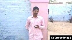 Индийский избиратель Йогеш Кумар Сингх, отрубивший себе палец