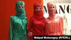 Дизайнер Мира Мырзабаеваның киім үлгілері. Алматы, 9 мамыр 2012 жыл.