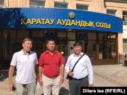 Шымкентские активисты (слева направо) Данияр Байтилеу, Ергали Кулбаев и Нуржан Мухамедов у здания суда. Шымкент, 3 сентября 2019 года.