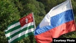 По мнению политолога, России не столько надо предъявлять что-либо, сколько помогать Абхазии решать проблемы вместе, чтобы уводить вопросы собственнических отношений от политики, и делать их более или менее цивилизованными