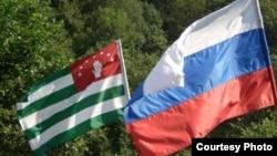 Абхазия не является членом Таможенного союза из-за непризнанности ее Казахстаном и Белоруссией. Вот и понадобились двусторонние российско-абхазские соглашения в этой области, чтобы снизить таможенные барьеры между двумя странами до уровня, существующего в Таможенном союзе