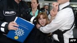 Антипутинский протест в Ганновере. Группа FEMEN – против нарушения гражданских прав в России