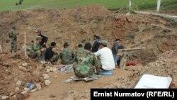 Аюу-Сай айылындагы көчкү баскан жер. Топурак алдында калгандары издөө уланууда.