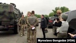 Курт Волкер во время посещения зоны конфликта на Донбассе, май 2018 года