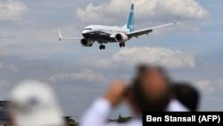 Boeing 737 MAX во время показательного полета в Фарнборо в июле 2016 года